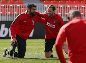 Temporada 17/18. Entrenamiento en la ciudad deportiva Wanda Atlético de Madrid. 03_04_2018. Calentamiento, Diego Costa y Godin sonríen.