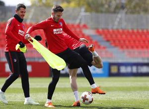 Temporada 17/18. Entrenamiento en la ciudad deportiva Wanda Atlético de Madrid. 03_04_2018. Saúl lucha un balón.