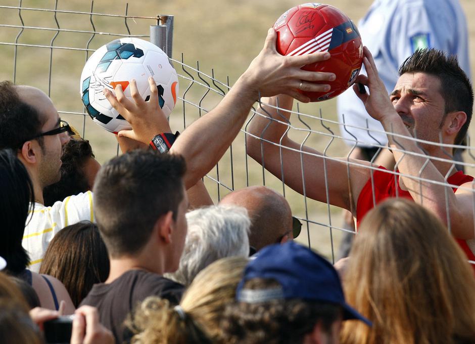 Temporada 13/14. Entrenamiento. Equipo entrenando en los Ángeles de San Rafael, Villa firmando balones