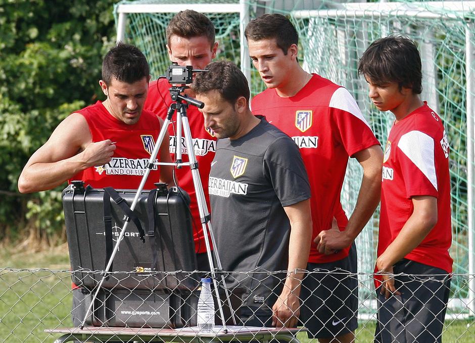 Temporada 13/14. Entrenamiento. Equipo entrenando en los Ángeles de San Rafael, Villa y Óliver viendo los resultados del pulsómetro