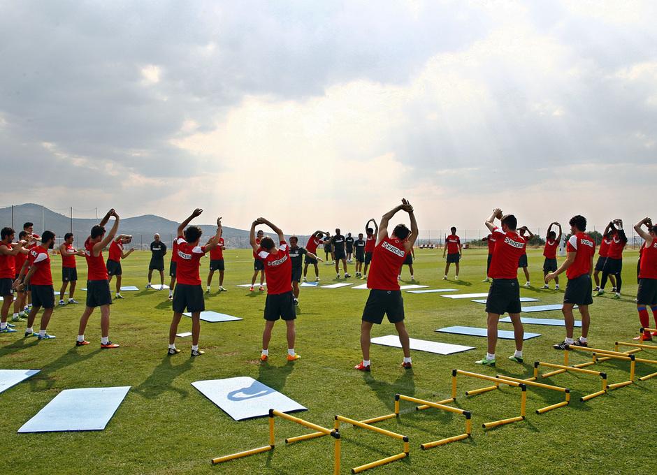 Temporada 13/14. Entrenamiento. Equipo entrenando en los Ángeles de San Rafael, equipo estirando