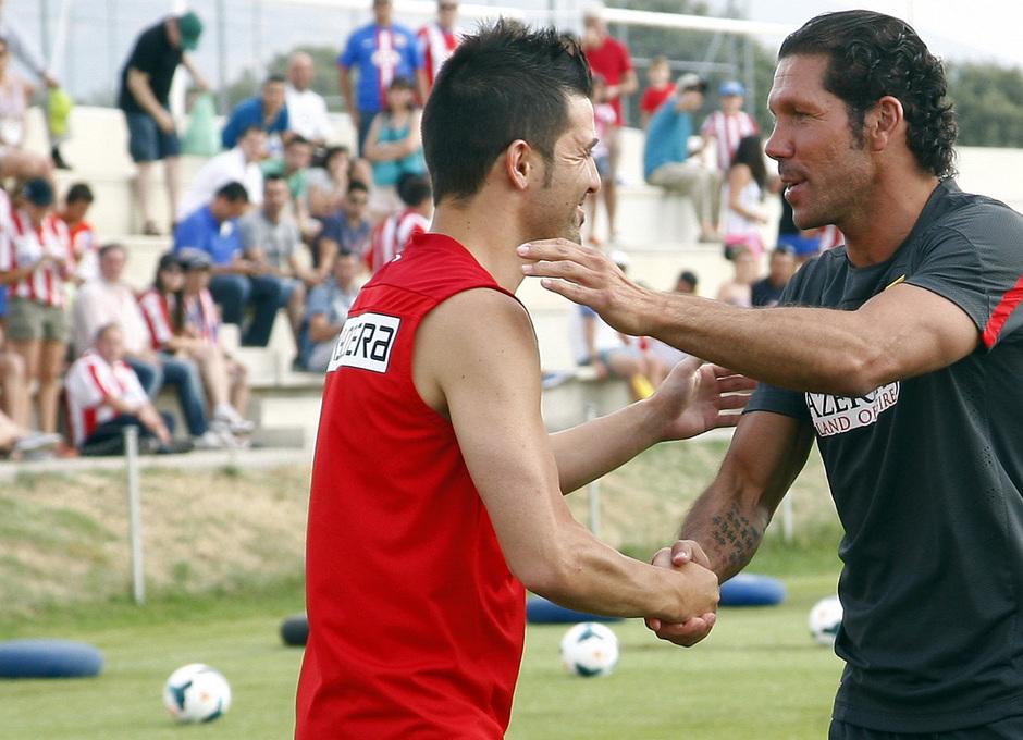 Temporada 13/14. Entrenamiento. Equipo entrenando en los Ángeles de San Rafael, Villa saludando a Simeone