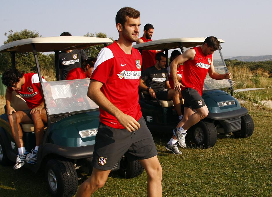 Temporada 13/14. Entrenamiento. Equipo entrenando en los Ángeles de San Rafael, Baptistao e Insúa bajando del carrito de golf