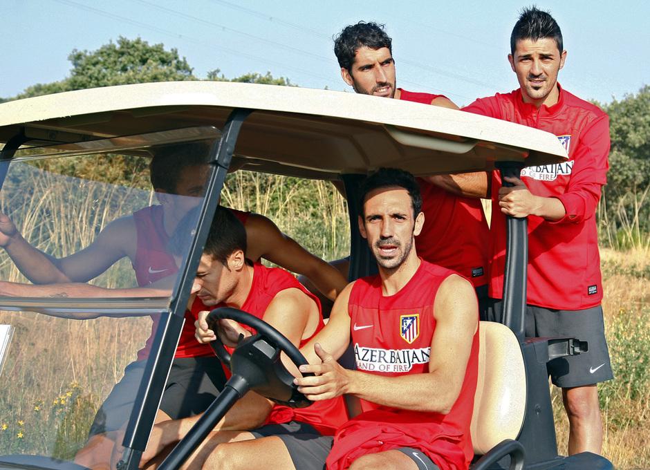Temporada 13/14. Entrenamiento. Equipo entrenando en los Ángeles de San Rafael, Villa Juanfran Raúl García y Gabi en el carrito de golf
