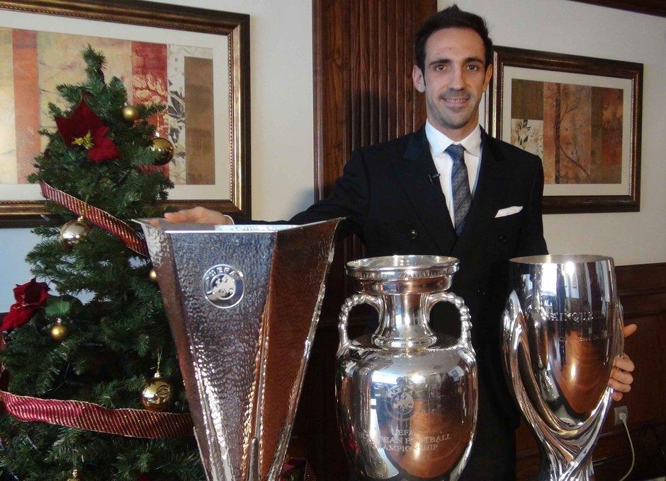 Juanfran posa con las tres copas compradas en 2012