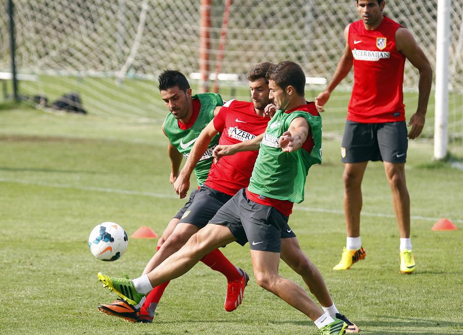 Temporada 13/14. Entrenamiento. Equipo entrenando en los Ángeles de San Rafael, Villa y Gabi pelean un balón con Baptistao