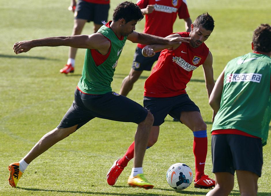 Temporada 13/14. Entrenamiento. Equipo entrenando en los Ángeles de San Rafael, Villa luchando el balón con Diego Costa