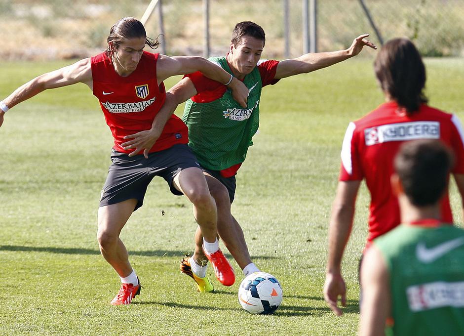 Temporada 13/14. Entrenamiento. Equipo entrenando en los Ángeles de San Rafael, Filipe y Manquillo luchando un balón