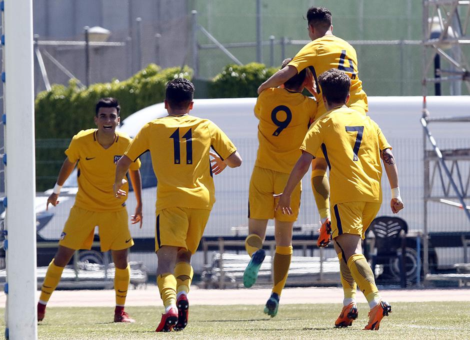 Nuestros jugadores abrazan a Borja Garcés, autor del primer gol rojiblanco en la final de la Copa de Campeones