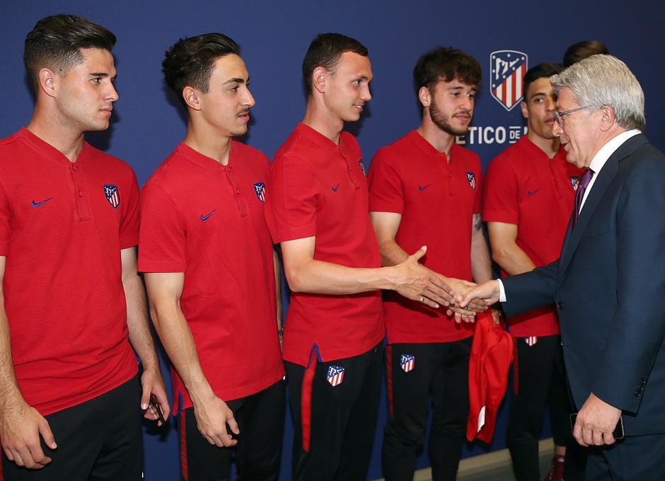 Temp. 17-18   Juvenil A en el Wanda Metropolitano con la Copa de Campeones   Enrique Cerezo y Mikel Carro