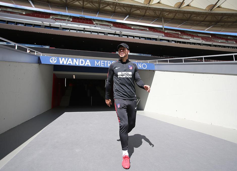 temporada 17/18. Entrenamiento en el Wanda Metropolitano. Simeone durante el entramiento