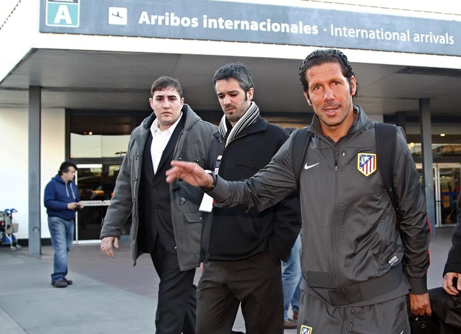 Temporada 12/13. Gira sudamericana. Llegada a Buenos Aires. Simeone llegando al autobus