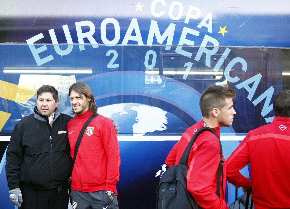 Temporada 12/13. Gira sudamericana. Llegada a Buenos Aires. Demichelis posando con un aficionado en el autobus