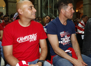 Temp 17/18 | Atlético de Madrid y Atlético de Madrid Femenino | 18-05-18 | Neptuno | Villacampa y Simeone.