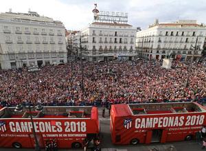 Temp 17/18 | Atlético de Madrid y Atlético de Madrid Femenino | 18-05-18 | Neptuno | Autobuses y la Puerta del Sol