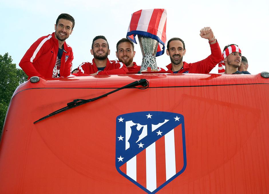 Temp 17/18 | Atlético de Madrid y Atlético de Madrid Femenino | 18-05-18 | Neptuno | En el autobus