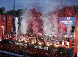 Temp 17/18 | Atlético de Madrid y Atlético de Madrid Femenino | 18-05-18 | Femenino y Atlético de Madrid | Foto familia grupo en Neptuno