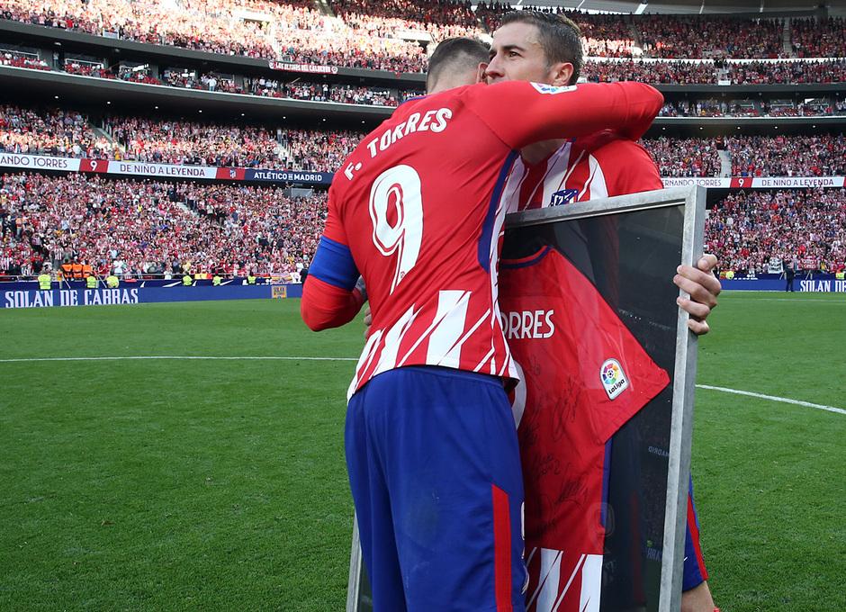 Temp. 17-18 | Atlético de Madrid - Eibar | Homenaje a Torres | Gabi entrega a Torres camiseta firmada
