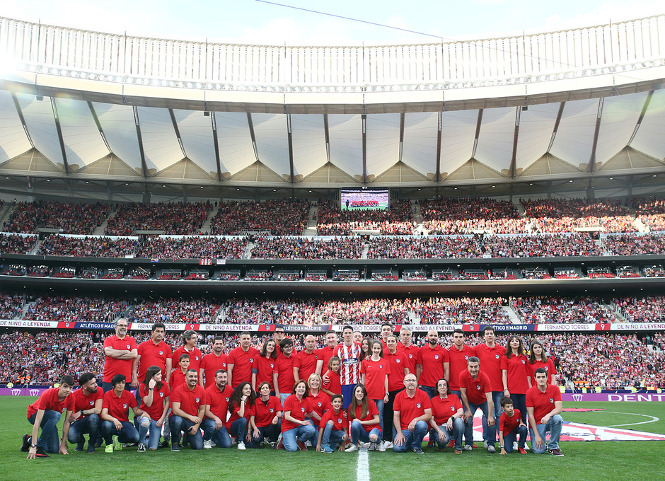 Temp. 17-18 | Atlético de Madrid - Eibar | Homenaje a Torres | Foto con los socios que portaron la camiseta
