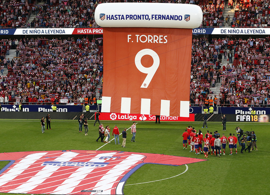 Temp. 17-18 | Atlético de Madrid-Eibar | Fernando Torres, camiseta gigante