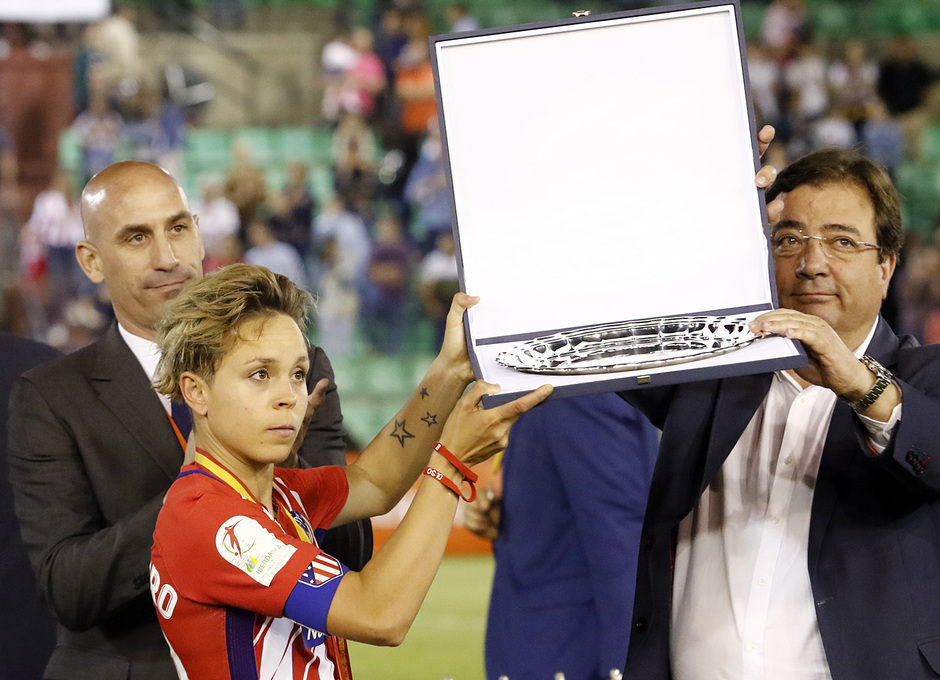 Temp. 17-18 | Final Copa de la Reina 2018 | FC Barcelona - Atlético de Madrid Femenino | Amanda recibe la placa de subcampeonas de Copa