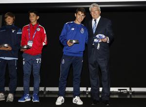 Los equipos de la Wanda Cup visitan el Wanda Metropolitano, Enrique Cerezo y el capitán del Oporto intercambiaron obsequios.