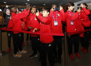 Los equipos de la Wanda Cup visitan el Wanda Metropolitano | El Benfica visitó el vestuario