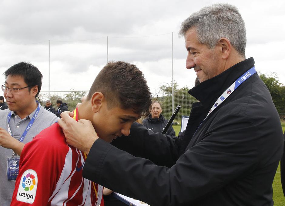 Wanda Football Cup   Entrega de trofeos   Miguel Ángel Gil entregando las medallas al Infantil A