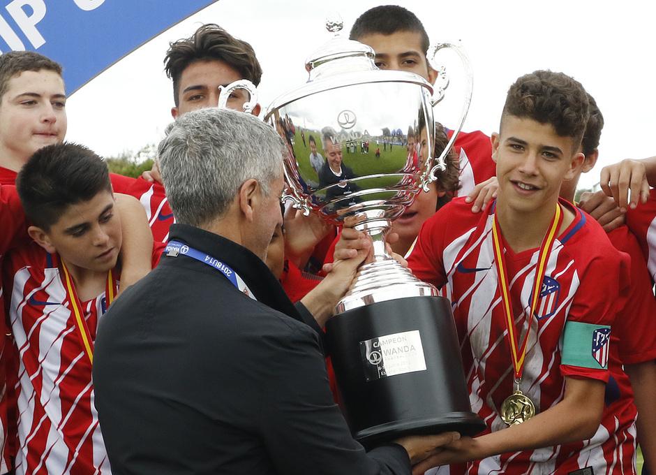 Wanda Football Cup   Entrega de trofeos   Miguel Ángel Gil entregando la copa o trofeo al Infantil A