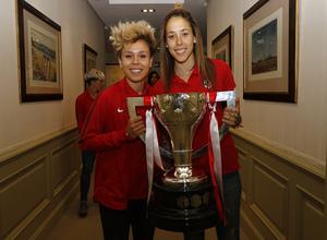 Visita del Atlético Femenino a la sede de Iberdrola | Amanda y Lola posan con el trofeo de Liga