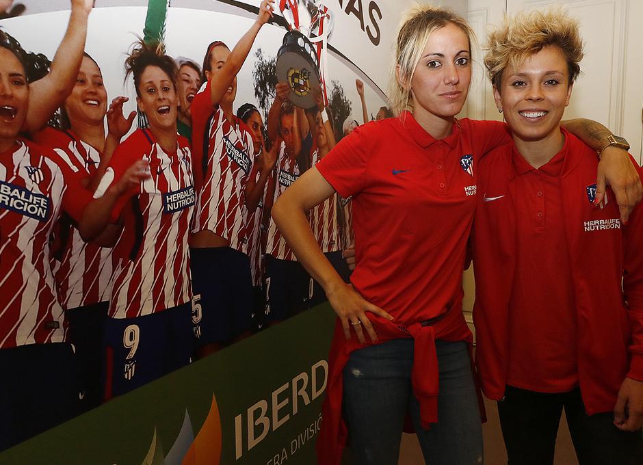 Visita del Atlético Femenino a la sede de Iberdrola | Amanda y Sosa