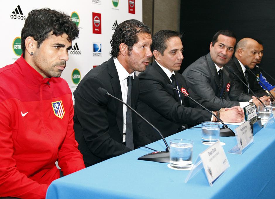 Pretemporada 2013-14. Roberto Mosquera y Carlos Lobatón, entrenador y capitán del Sporting Cristal, junto a Diego Costa y Simeone.