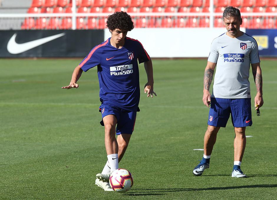 temporada 18/19. Entrenamiento en la ciudad deportiva Wanda. Sergio Camello realizando ejercicios durante el entrenamiento