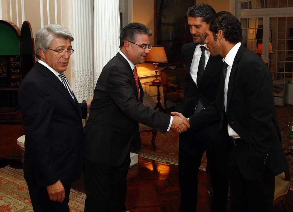Temporada 13/14. Gira Sudamericana. Visita a la embajada española. embajador saludando a Simeone