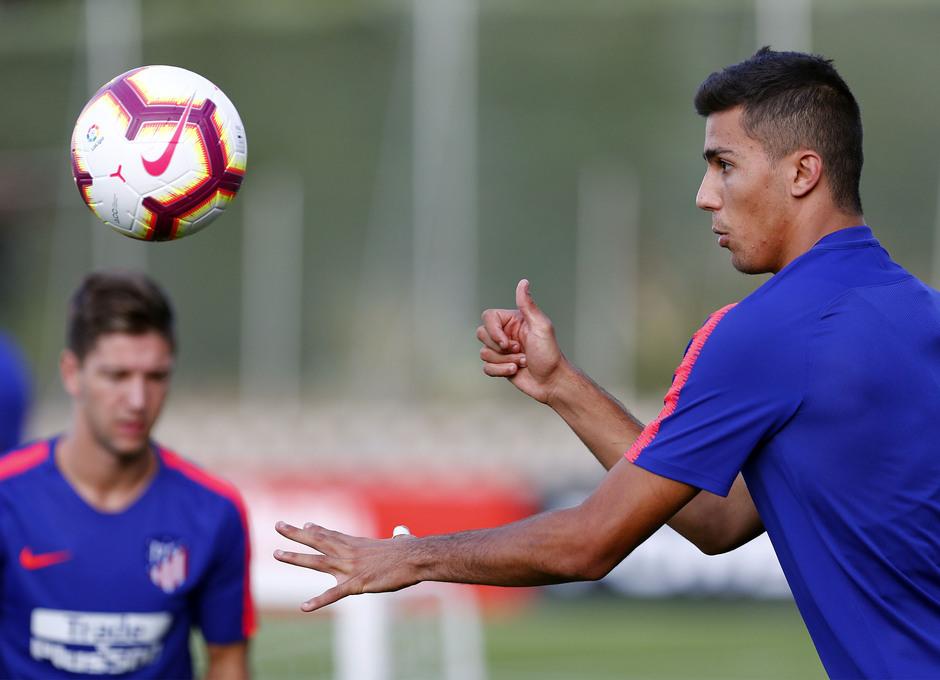 Temporada 18/19. Entrenamiento en la ciudad deportiva Wanda Atlético de Madrid. 13_07_2018. Rodri dando al balón de cabeza.