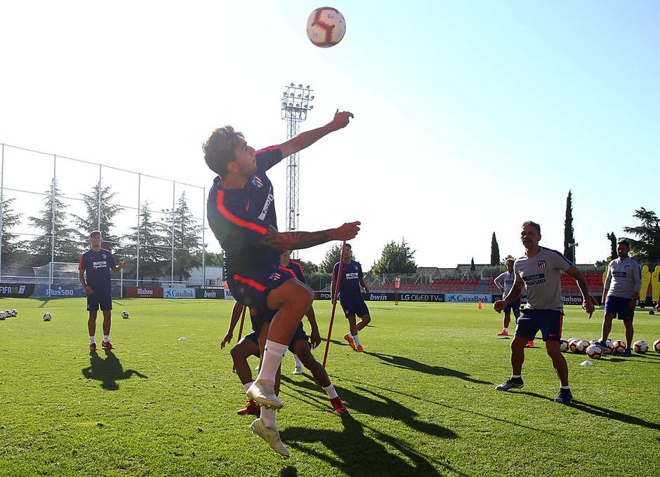 temporada 18/19. Entrenamiento en la ciudad deportiva Wanda. Jugadores realizando ejercicios con balón durante el entrenamiento