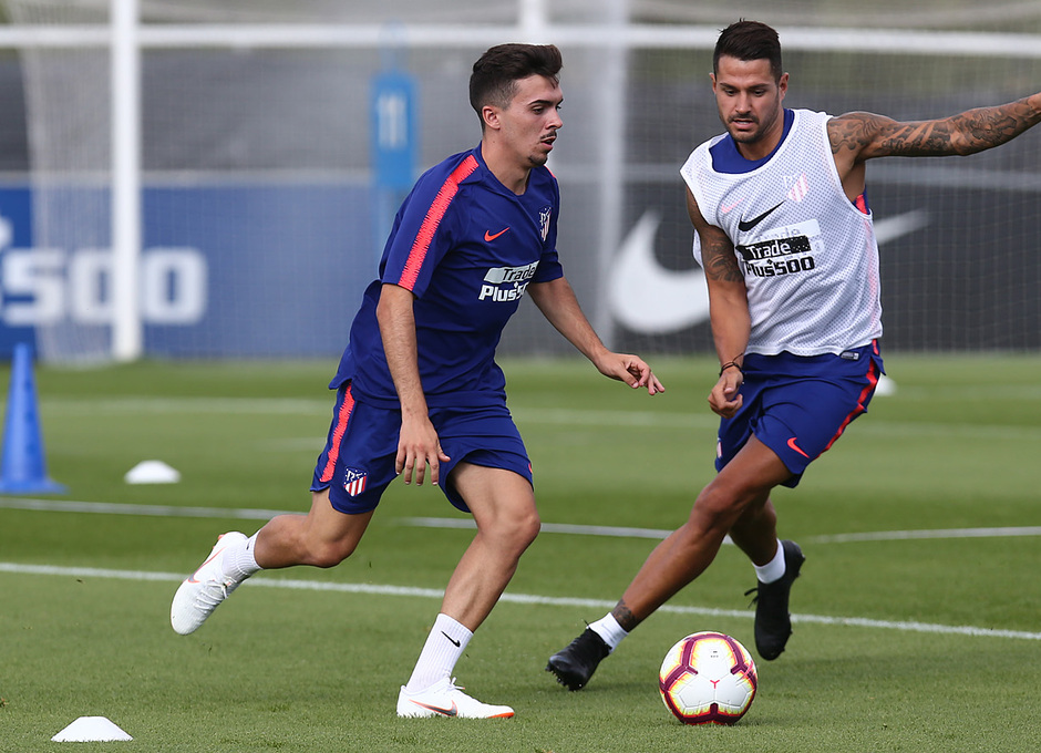 temporada 18/19. Entrenamiento en la ciudad deportiva Wanda. Joaquín y Vitolo durante el entrenamiento