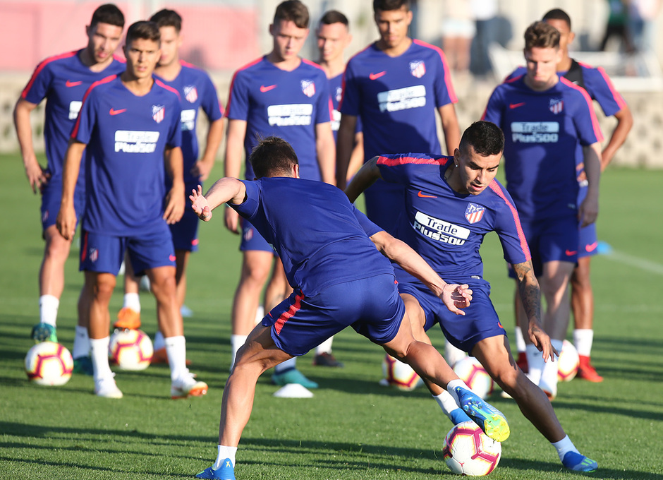 temporada 18/19. Entrenamiento en la ciudad deportiva Wanda. Correa y Vietto durante el entrenamiento