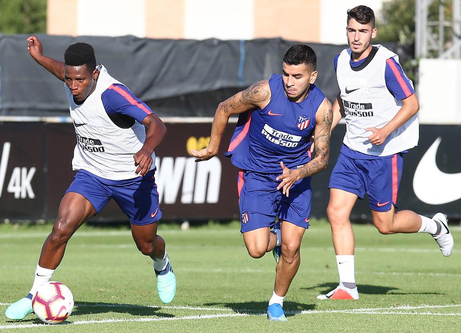 temporada 18/19. Entrenamiento en la ciudad deportiva Wanda. Cedric y Correa durante el entrenamiento