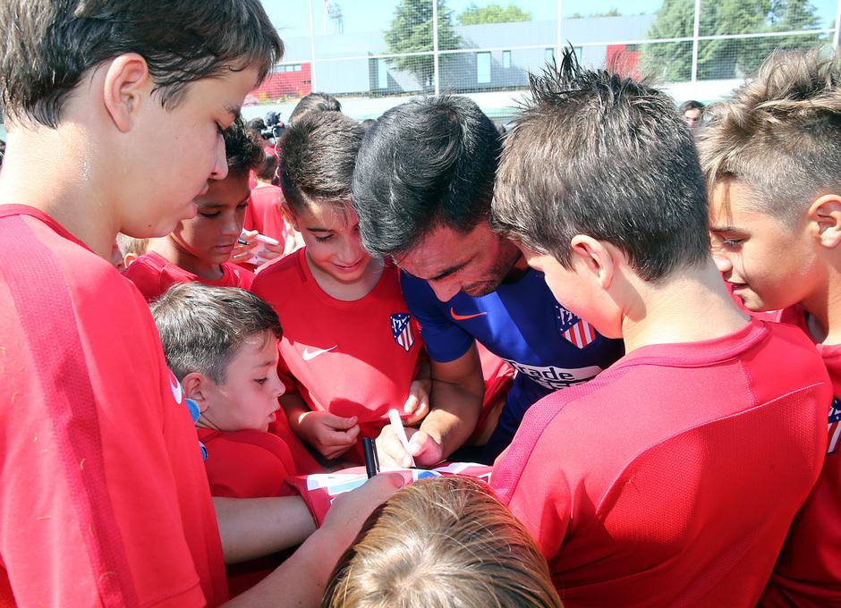 Clinic de verano de la Fundación Atlético de Madrid | Adan firmando