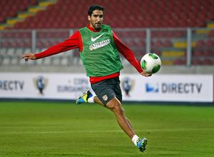 Temporada 13/14. Entrenamiento. Equipo entrenando en el estadio nacional de Lima. Raúl disparando a puerta