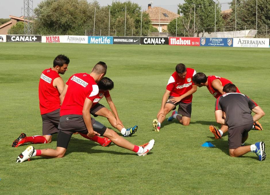 Villa, Manquillo, Óliver, Giménez y Borja realizan ejercicios de calentamiento en la sesión del jueves 1 de agosto en la Ciudad Deportiva
