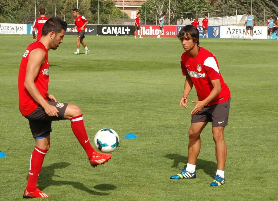 Villa y Óliver realizan un ejercicio de toque de balón