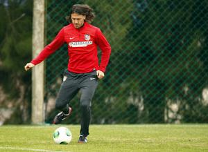 Temporada 13/14. Gira sudamericana. Equipo entrenando en Uruguay. Demichelis con el balón
