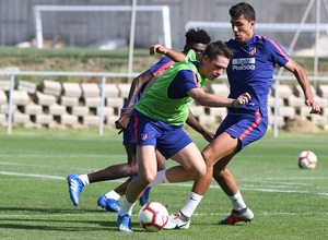 temporada 18/19. Entrenamiento en la ciudad deportiva Wanda. Rodrigo y Borja luchando un balón durante el entrenamiento