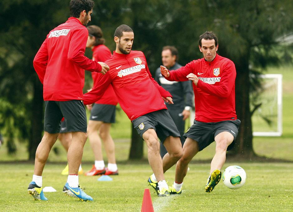 Temporada 13/14. Gira sudamericana. Equipo entrenando en Uruguay. Mario pasa un balón ante Godín