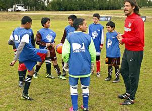 Temporada 13/14. Gira sudamericana. Clinic en Uruguay. Demichelis con grupo de niños