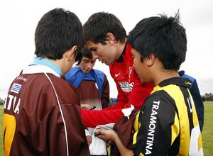 Temporada 13/14. Gira sudamericana. Clinic en Uruguay. Cabrera firmando autógrafos a un grupo de niños