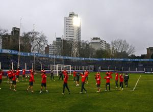Temporada 13/14. Gira sudamericana. Entrenamiento en el estadio Luis Franzini, equipo estirando