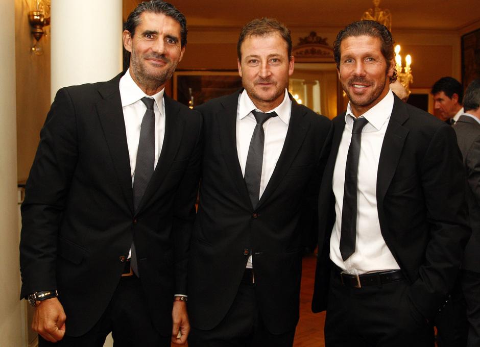 Temporada 12/13. Gira sudamericana. Visita a la embajada de España en Uruguay. Simeone Caminero y Vizcaíno posando para la foto.